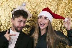 有长的金发的美丽的女孩在圣诞老人帽子和铁笔 库存图片