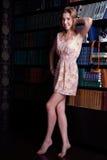 有长的金发的美丽的女孩在短的礼服 免版税库存照片