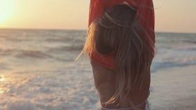 有长的金发的美丽的女孩走在的 股票视频