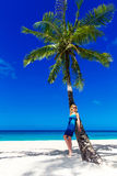 有长的金发的美丽的少妇在棕榈放松 库存图片
