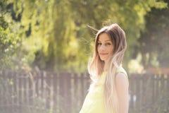 有长的金发的美丽的少妇 晴朗的夏天 免版税库存图片