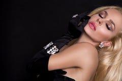 有长的金发的美丽的肉欲,性感的白肤金发的妇女在首饰仅穿戴了 库存图片