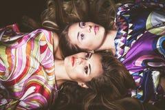有长的金发秀丽的两个少妇塑造画象锂 库存照片