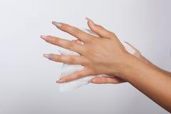 有长的钉子的手清洗与湿抹 免版税库存图片