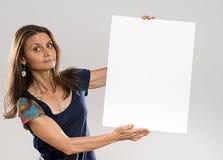 有长的非常恼怒头发和蓝色的衬衣的可爱的妇女 免版税库存图片