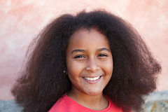 有长的非洲的头发的俏丽的女孩在庭院里 免版税库存图片