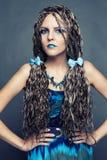 有长的非洲辫子的女孩在一件蓝色礼服 免版税库存照片