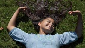 有长的黑发的女孩在她在晴朗的天气的公园 4K 股票视频