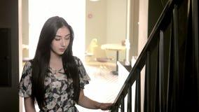 有长的黑色头发优美的台阶的美丽的年轻西班牙女孩 概念生活方式时尚和秀丽 股票录像