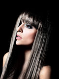 有长的黑卷发的美丽的妇女 图库摄影