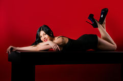 有长的黑发和性感的发型的魅力妇女 免版税库存照片