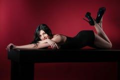 有长的黑发和性感的发型的魅力妇女 免版税库存图片