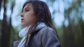 有长的头发和时髦的神色的可爱的欧洲孩子 小女孩在森林里失去,在中间站立 股票录像