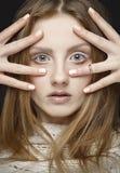 有长的直发和样式构成的美丽的白肤金发的妇女 库存照片