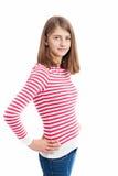 有长的头发和白色桃红色镶边衬衣的十几岁的女孩 图库摄影