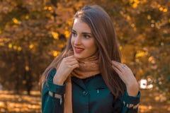 有长的头发和围巾的可爱的女孩看起来去微笑 库存照片