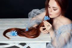 有长的头发完善的妇女画象的性感的美丽的红头发人女孩在黑背景 华美的头发和深眼睛 自然的秀丽 免版税图库摄影