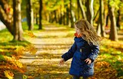 有长的头发投掷的美丽的六岁的白肤金发的女孩留下aga 免版税库存图片