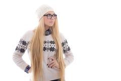 有长的头发的可爱的少妇在温暖的冬天给iso穿衣 免版税库存照片