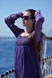 有长的头发的女孩在一件紫色礼服 库存图片