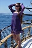 有长的头发的女孩在一件紫色礼服 免版税库存照片