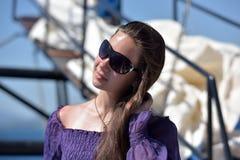有长的头发的女孩在一件紫色礼服 库存照片