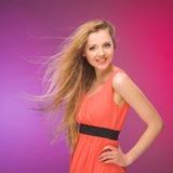 有长的头发的女孩在彩虹背景 在您的头发的风 白肤金发 库存图片