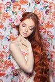 有长的头发的性感的美丽的红头发人女孩 完善的妇女画象有色的轻的背景 华美的头发和深眼睛 免版税库存照片