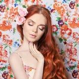 有长的头发的性感的美丽的红头发人女孩 完善的妇女画象有色的轻的背景 华美的头发和深眼睛 图库摄影
