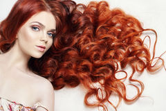 有长的头发的性感的裸体美丽的红头发人女孩 在轻的背景的完善的妇女画象 华美的头发和深眼睛 自然 免版税库存照片