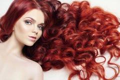 有长的头发的性感的裸体美丽的红头发人女孩 在轻的背景的完善的妇女画象 华美的头发和深眼睛 自然 库存图片