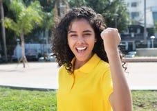 有长的黑发的欢呼的拉丁美洲的女孩 免版税库存图片