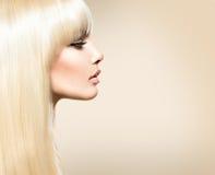 有长的头发的白肤金发的秀丽女孩 免版税库存图片