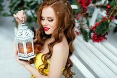 有长的头发的红发女孩有闭合的眼睛的以黄色 库存照片