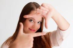 有长的直发的红头发人少妇用她的手对前面打开 免版税库存照片