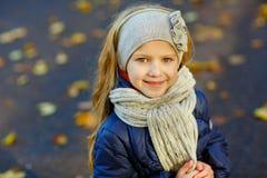 有长的头发的美丽的六岁的白肤金发的女孩微笑反对Th 库存照片