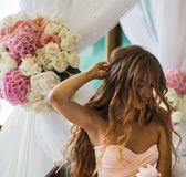 有长的头发的美丽的女孩在手中开花 库存照片