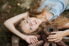 有长的头发的美丽的女孩在村庄 免版税库存图片