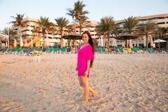 有长的头发的美丽的妇女在海滩背景。波斯湾,在海洋附近的Dubai.Tanning女孩 图库摄影