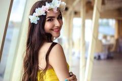 有长的头发的美丽的少妇在一个夏日 黄色礼服的女傧相在海餐馆 库存图片