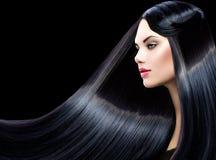 有长的直发的美丽的式样女孩 免版税库存照片
