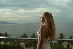 有长的头发的美丽的方式妇女 免版税库存照片