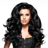 有长的黑发的美丽的深色的妇女 免版税库存照片