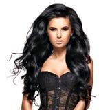 有长的黑发的美丽的深色的妇女 库存照片