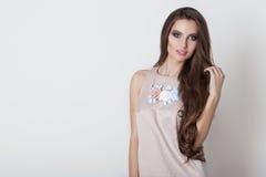 有长的头发的美丽的甜女孩有装饰品手工制造sheii项链和耳环的由花制成在演播室在白色 免版税库存照片