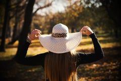 有长的头发的美丽的年轻深色的妇女在帽子 免版税库存照片
