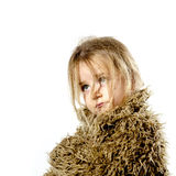 有长的头发的被弄乱的学龄前儿童女孩在皮大衣穿戴了 免版税库存照片
