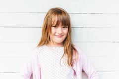 有长的头发的逗人喜爱的小女孩,户外 免版税图库摄影
