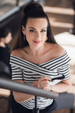 有长的直发的年轻可爱的女商人举行一次笔记本或工作面试在咖啡商店或咖啡馆 库存图片