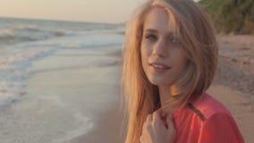 有长的头发的年轻白肤金发的女孩在红色女衬衫 股票录像